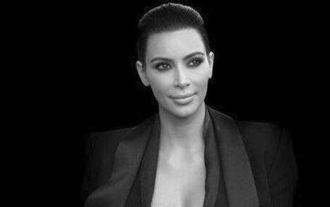 Kim Kardashian se asi za svůj velký zadek stydí!