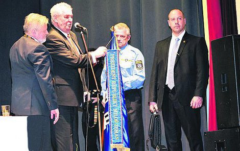 Miloš Zeman na návštěve Plzeňského kraje. Muž s koženou brašnou je hned vedle.