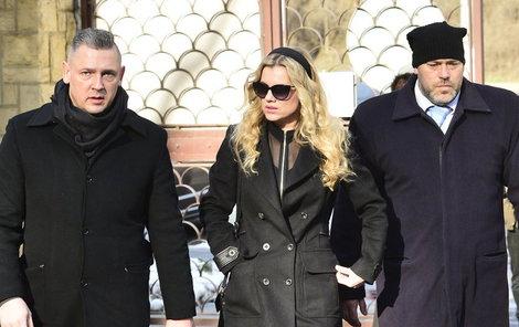 Zpěvačku natolik zdrtila Šípkova smrt, že ji na pohřbu doprovázela ochranka., jedním z bodyguardů byl i Josefi.