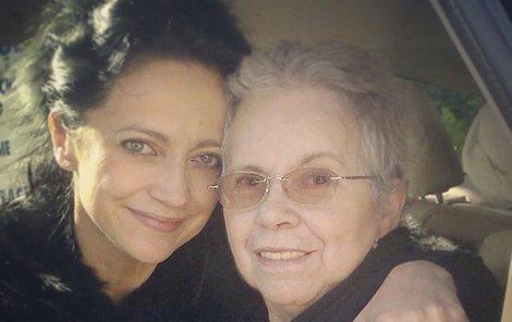 Květen 2014. Po první mozkové příhodě si zpěvačka odvezla maminku domů.