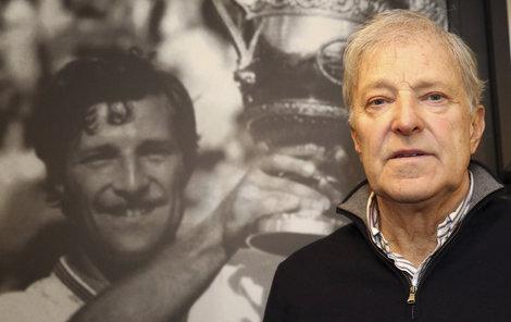 Jan Kodeš zapózoval před svojí fotografií s vítězným pohárem nad hlavou. Pro český tenis udělal maximum na kurtu i jako funkcionář