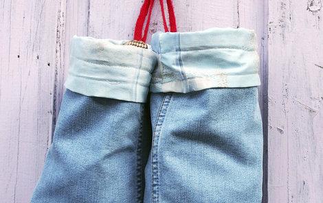 Co se starým oblečením? Vyrobte si riflové vaky!