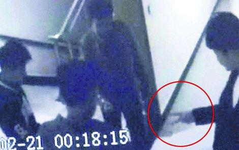 Záběry z kamer v hotelu ukazují, jak muži losují...