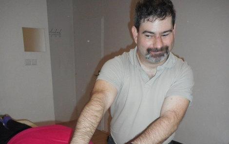Léčitel Kaplan hledá na zádech problém a snaží se ho napravit. Bloky láme přes ruce.