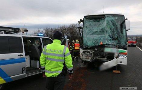 Smrtelná nehoda zablokovala včera od čtvrté ranní až téměř do oběda dálnici z Prostějova na Olomouc.