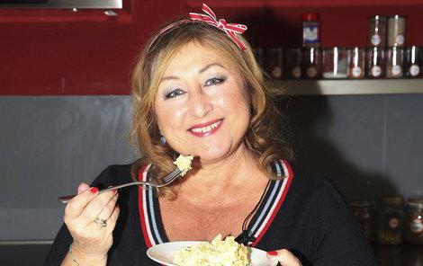 Halina Pawlowská má k jídlu opravdu velmi hluboký vztah. Na její postavě je to dobře patrné.