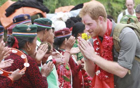 Jako batůžkáře ho vítali domorodci tradičním pozdravem. A princ se ho také rychle naučil.