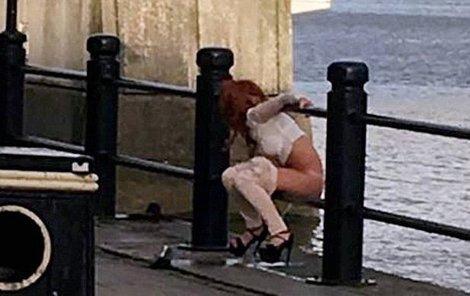 Žena se vyčůrrala z mostu do řeky.