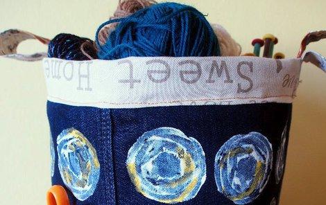 Hotový koš ze starých džínů.