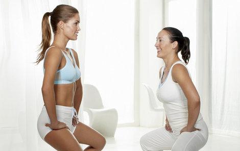 Širokými podřepy své tělo dobře protáhnete.