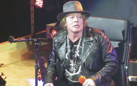 Axla na vozíku dovezli na pódium a strávil na něm celý koncert.