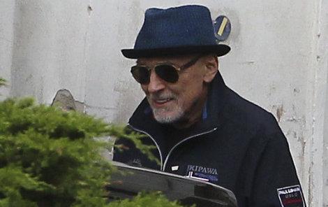Zpěvák si to z nemocnice štrádoval v klobouku, slunčních brýlích a v nové mikině.