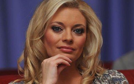 Lucie Borhyová je krásná a elegantní nejen před kamerou.