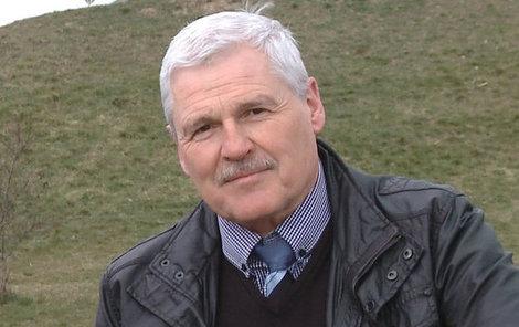 Pavel Dumbrovský se momentálně věnuje hlavně cestování.