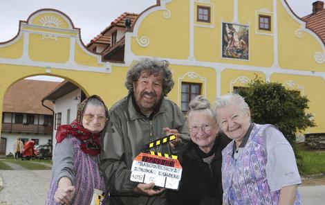 Jana Altmanová s kolegyněmi a režisérem Troškou při natáčení Babovřesk 2.