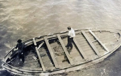Záchranný člun se třemi těly plul měsíc po moři.