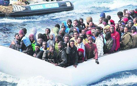 Mafiánům vadí, že mezi migranty, kteří na »jejich« ostrov přicházejí (denně jich dorazí asi tisícovka), jsou i kriminální živly, jež by jim mohly překážet v jejich činnosti.