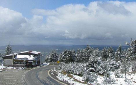 V sobotu bylo na Klínovci zataženo bez sněhu, neděle přinesla vločky i modré nebe.