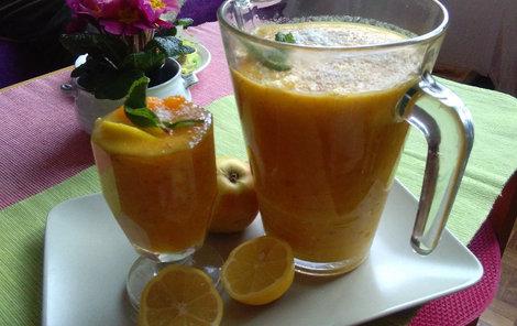 Zeleninovo-ovocné smoothie dochuťte chia semínky.