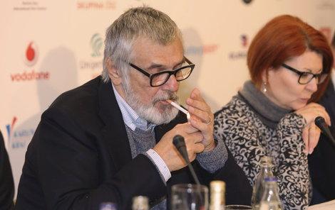 Bartoška během tiskovky kouřil jednu za druhou.