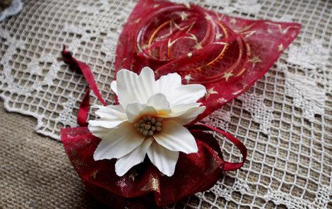 Do sáčku s květinkou můžete ukrýt třeba drobný šperk.