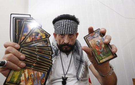 Otec Antonio vykládá hlavně z cikánských karet, vyzná se v tarotu.