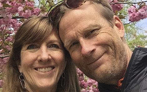 Nález těl oznámila Loweova bývalá žena Jenni (52), která vede v americké Montaně nadaci nesoucí exmanželovo jméno.
