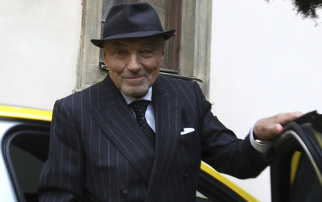 Karel Gott se na oslavě Jiřiny Bohdalové, pořádně odvázal a sundal klobouk.