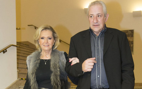 Helena Vondráčková poslouchá svého manžela, který je zároveň i jejím manažerem.