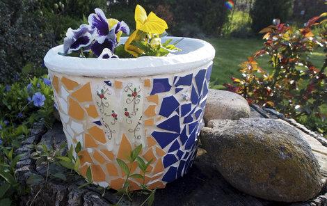 Zužitkujte staré kachličky a ozdobte si zahradu!