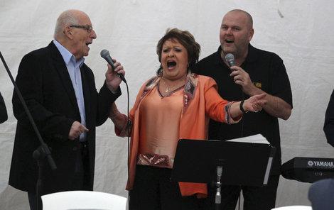To by snad ani nebyla oslava, kdyby si Jiřina nezazpívala!