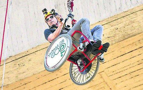 Kvůli podpoře lidí na vozíčku »skočil« z pražské mostu sebevrahů.