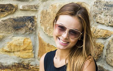 Monika Bagárová umí brýle vhodně kombinovat s outfitem.