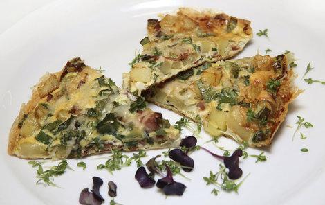 Omeleta z nových brambor je plná jarních vůní.