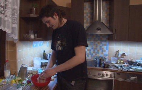 Michal dvakrát pořádně plivnul do misky.