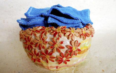 Odličovací tamponky mohou posloužit také jako dekorace do koupelny.