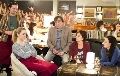 Herci jako Ondřej Pavelka (druhý zprava) nebo Ilona Svobodová (vpravo) se děsí, co je teď v ateliérech čeká.