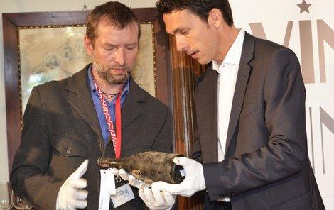 Kastelán zámku Bečov Tomáš Wizovský ukazuje v depozitáři jednu lahev z »tekutého pokladu«.