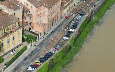 Nábřeží ve Florencii spolklo 32 aut!