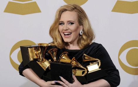 Adele posbírala plnou náruč cen Grammy.