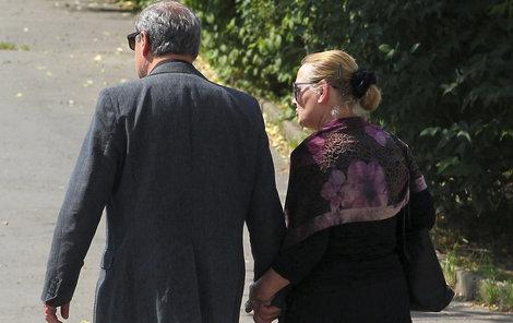 Manželé po obřadu ruku v ruce rychle opustili obřadní síň.