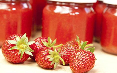 Jahodový džem chutná skvěle s chia semínky.