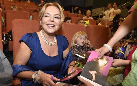 Havlová se ochotně podepisovala svým dětským fanouškům.