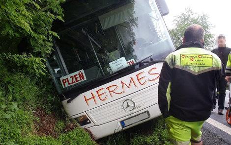 Bus skončil ve škarpě.