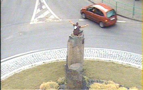 Mladík se napřed motal v silnici a pak se usadil na kamenech uprostřed kruhové křižovatky.