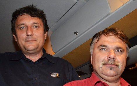 Řidiči Karel Dědič (vpravo) aJan Hůrka. Ten seděl při střelbě za volantem.