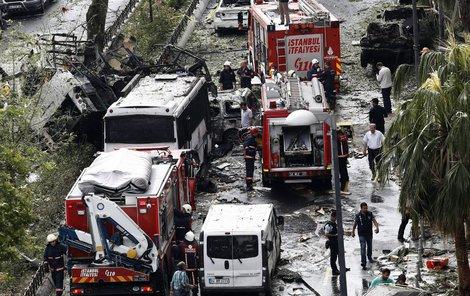 Policejní autobus byl zcela zdemolovaný, umírali ale i civilisté.