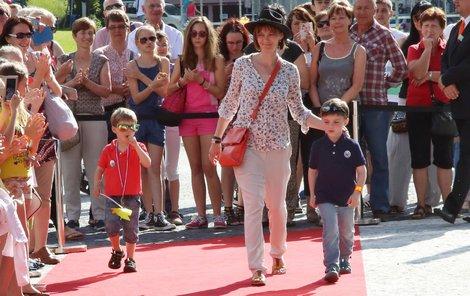 Manželka Ivana Trojana vzala děti na červený koberec.