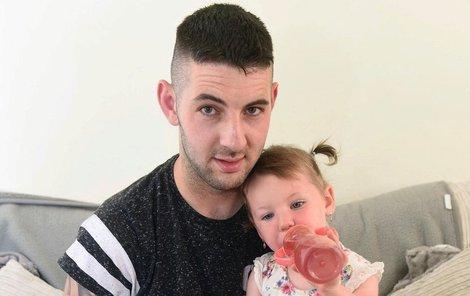 Dvouletá holčička Esmé Connor s tatínkem.