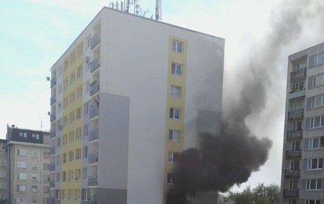 Z oken šlehaly plameny.